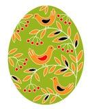 Paasei met een geschilderd patroon Vogels op takken met bessen en bladeren Het symbool van Pasen Een oude traditie van mensen vector illustratie