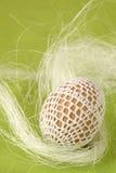 Paasei met witte crochet decoratie royalty-vrije stock fotografie