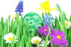 Paasei op een de lenteweide Stock Afbeeldingen