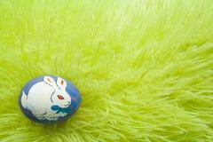 Paasei op een gras Stock Afbeelding