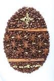 Paasei van koffiebonen en species op witte achtergrond worden geïsoleerd die Royalty-vrije Stock Foto