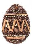 Paasei van koffiebonen en species op witte achtergrond worden geïsoleerd die Stock Fotografie