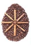 Paasei van koffiebonen en species op witte achtergrond worden geïsoleerd die Royalty-vrije Stock Fotografie
