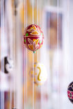 Paasei in volksstijl wordt geschilderd die Stock Foto