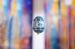 Paasei in volksstijl wordt geschilderd die Stock Foto's