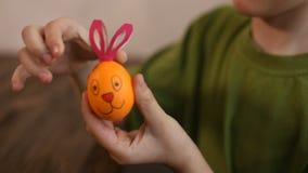 Paaseieren, in de achtergrondkindverf het worden verfraaid ei dat stock footage