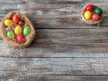 Paaseieren die in een mand liggen Het beeld wordt gemaakt in a Pasen-ideeën het gelukkige oosten Stock Afbeelding