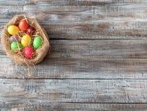 Paaseieren die in een mand liggen Het beeld wordt gemaakt in a Pasen-ideeën het gelukkige oosten Stock Foto