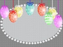 Paaseieren die in kleurenlinten hangen met bogen Stock Afbeelding