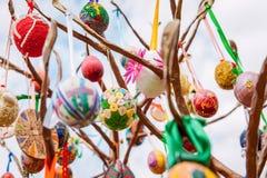 Paaseieren die van een metaalboom hangen Stock Afbeelding