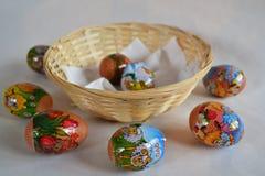 Paaseieren door kind - eieren rond een mand worden gemaakt die Royalty-vrije Stock Afbeeldingen