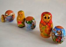 Paaseieren door kind met Russische het nestelen poppen worden gemaakt die Royalty-vrije Stock Foto's