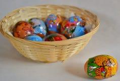 Paaseieren door kind worden gemaakt - een ei uit mand die Royalty-vrije Stock Afbeelding