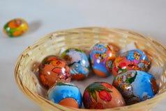 Paaseieren door kind worden gemaakt - een ei uit mand die Royalty-vrije Stock Foto
