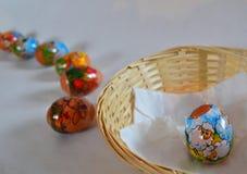 Paaseieren door kind worden gemaakt - eieren uit mand die Royalty-vrije Stock Foto's