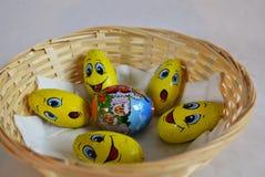 Paaseieren door kind worden gemaakt - natuurlijk ei tussen chocoladeeieren dat Royalty-vrije Stock Foto