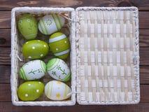 Paaseieren in een mand Stock Fotografie