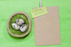 Paaseieren in een mand Gebreide mand jute, groene sisal Stock Fotografie