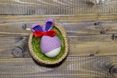 Paaseieren in een mand Gebreide mand jute, groene sisal e Royalty-vrije Stock Foto's