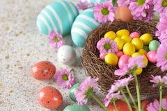 Paaseieren in een nest Stock Foto's