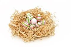 Paaseieren in een nest royalty-vrije stock afbeeldingen