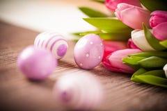 Paaseieren en boeket van tulpen Royalty-vrije Stock Afbeeldingen