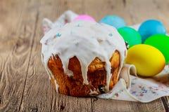 Paaseieren en cake op de heldere achtergrond Stock Fotografie
