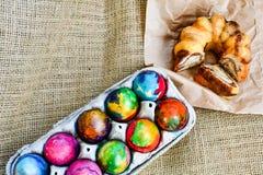 Paaseieren en cake op juteachtergrond Royalty-vrije Stock Foto