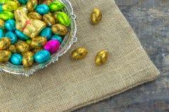 Paaseieren en chocoladekonijntje Stock Foto's