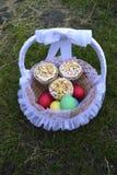 Paaseieren en de Cakes van Pasen Stock Foto's