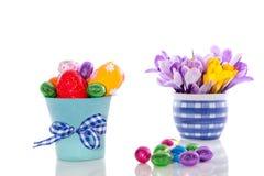 Paaseieren en de lentebloemen Royalty-vrije Stock Foto's