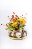 Paaseieren en de lentebloemen en kleine kippen op witte achtergrond. Stock Foto