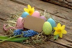 Paaseieren en de lentebloemen met exemplaarruimte Royalty-vrije Stock Foto