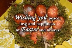 Paaseieren en een tekst ` die u vrede, liefde en geluk wensen in Pasen en altijd ` Royalty-vrije Stock Afbeelding