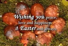 Paaseieren en een tekst ` die u vrede, liefde en geluk wensen in Pasen en altijd ` Royalty-vrije Stock Fotografie