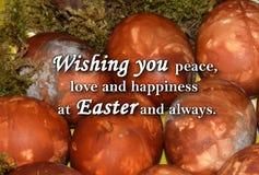 Paaseieren en een tekst ` die u vrede, liefde en geluk wensen in Pasen en altijd ` Stock Foto's