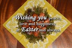 Paaseieren en een tekst ` die u vrede, liefde en geluk wensen in Pasen en altijd ` Royalty-vrije Stock Foto's