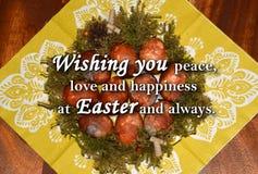 Paaseieren en een tekst ` die u vrede, liefde en geluk wensen in Pasen en altijd ` Stock Fotografie