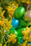 Paaseieren en gele narcissen Stock Afbeelding