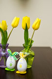Paaseieren en gele narcissenstilleven Stock Foto