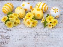Paaseieren en gele sleutelbloem Stock Afbeeldingen