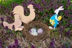 Paaseieren en kip in nest en konijn Royalty-vrije Stock Afbeeldingen