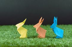 Paaseieren en kleurrijke Paashazen, origami, toebehoren voor kaarten en gelukwensen met Pasen Stock Afbeelding