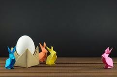 Paaseieren en kleurrijke Paashazen, origami, toebehoren voor kaarten en gelukwensen met Pasen Stock Afbeeldingen