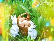 Paaseieren en konijntjes met de bloemen van de de lentetulp Zonnige dag Stock Foto