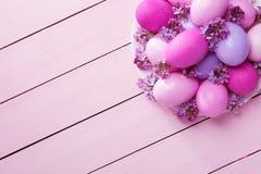 Paaseieren en lilac bloemen Stock Afbeelding