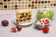 Paaseieren en pasteitjecake Royalty-vrije Stock Foto's