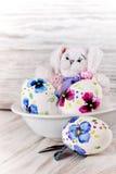 Paaseieren en stuk speelgoed konijn Stock Foto