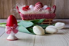 Paaseieren en tulpen Stock Foto's