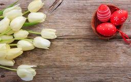 Paaseieren en tulpen op houten ruimte als achtergrond en exemplaar Royalty-vrije Stock Foto's